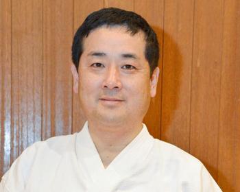 日本拳法4段、師範山本一郎