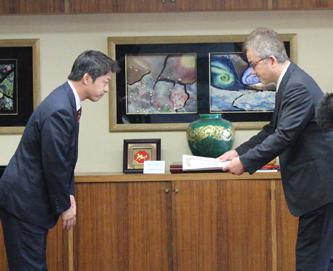 2012年3月28日に枚方市長より感謝状を頂いている風景